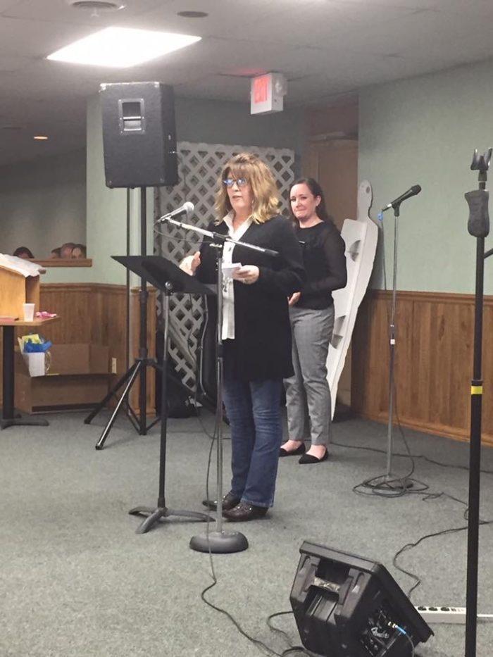Beth Handlos Wahlert accepts Audubon Live Large Award on behalf of her parents.